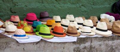 Quadro Cappelli Panama figurano in vendita ad un mercato all'aperto a Bogotà Col
