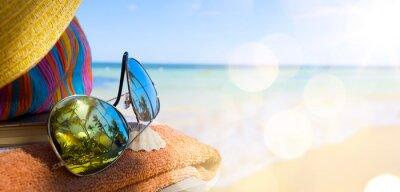 Quadro Cappello, borsa e da sole di paglia occhiali su una spiaggia tropicale