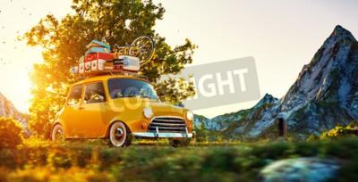 Quadro Carino retro auto carino con valigie e bicicletta in cima va dalla strada di campagna meravigliosa al tramonto