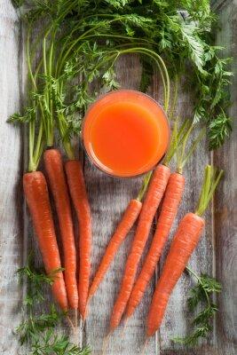 Quadro Carote e succo di carote. Healthy food - carote e succo di carote su fondo in legno