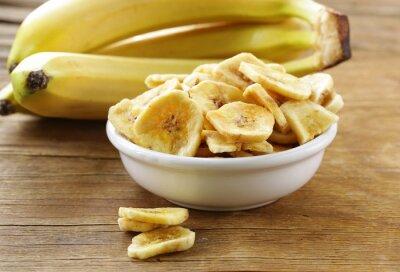 Quadro chips di banana, frutta secca su un tavolo di legno