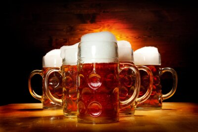 Quadro Cinque bicchieri di birra sul tavolo di legno