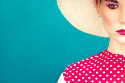 Quadro close-up ritratto di ragazza retrò su sfondo blu