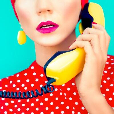 Quadro close-up ritratto di una ragazza retrò con telefono