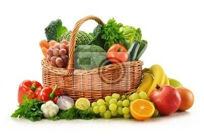 Quadro Composizione con verdure e cesto di frutta in vimini isolato