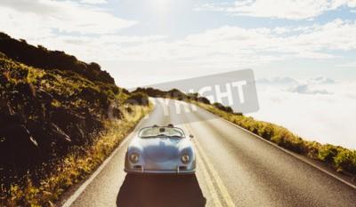 Quadro Coppia felice di guida su strada campestre in Classic Vintage Sports Car