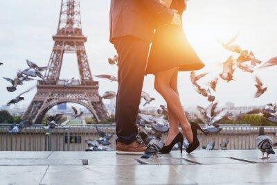 Quadro coppia vicino a Torre Eiffel a Parigi, bacio romantico