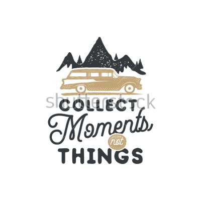 Quadro Distintivo ed emblema di campeggio disegnato a mano eseguita. Etichetta escursionistica Logo ispiratore di avventura all'aria aperta. Tipografia stile retrò. Frase di incoraggiamento - racc