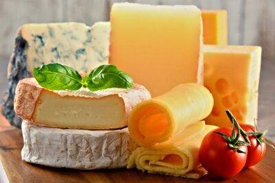Quadro Diversi tipi di formaggio sul tavolo da cucina