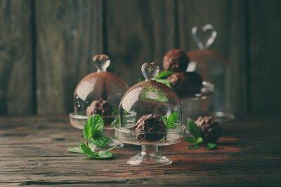Quadro Dolci al cioccolato con le noci, menta e cacao sul tavolo d'epoca