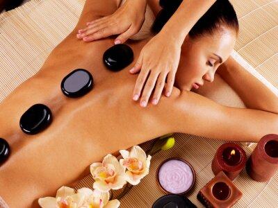 Quadro Donna adulta con massaggio hot stone in spa salon