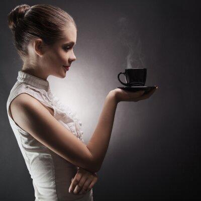 Quadro Donna attraente con un caffè aromatico nelle mani