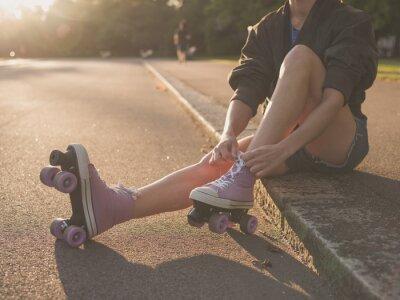 Quadro Donna che mette su pattini a rotelle in un parco
