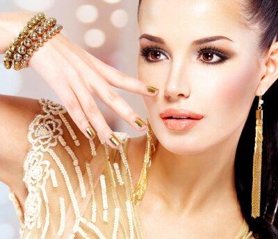 Quadro Donna con i chiodi d'oro e bellissimi gioielli in oro