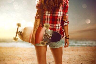 Quadro Donna con longboard in spiaggia