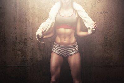 Quadro Donna di forma fisica dopo l'allenamento duro allenamento holding bianco asciugamano sport