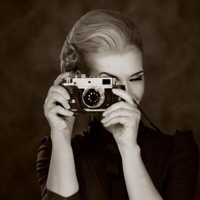 Quadro Donna in abito classico con fotocamera retrò.