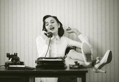Quadro Donna parla al telefono alla scrivania