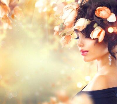 Quadro donna primavera con fiori di magnolia nei capelli