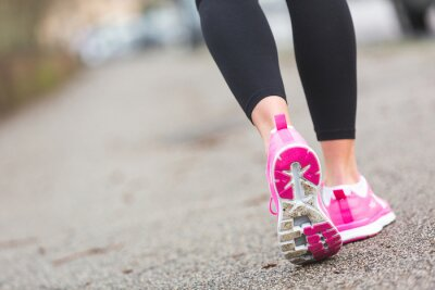 Quadro Donna Runner Shoes primo piano sulla strada, l'impostazione della città.