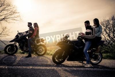 Quadro Due moto di guida nella natura - Amici di guida moto da corsa con le loro fidanzate - Gruppo di ciclisti si fermano in un punto panoramico e guardare il tramonto suggestivo