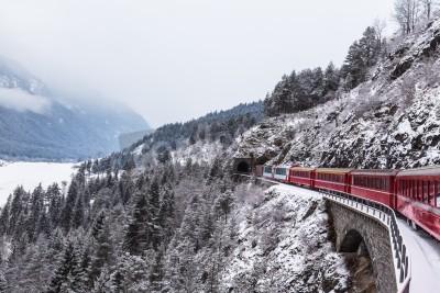 Quadro Famoso treno turistico in Svizzera, il Glacier Express in inverno