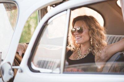 Quadro Felice, donna spensierata godere di un auto retrò, caldo giorno d'estate.