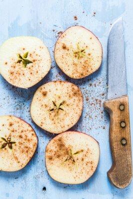 Quadro Fette di mela biologica fresca con cannella sul tavolo