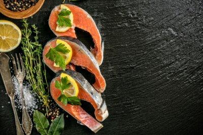 Quadro filetti di salmone servito sulla pietra nera