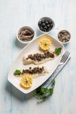 Quadro filetto di pesce con olive nere capperi e acciughe