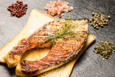 Quadro filetto di salmone alla griglia su fetta di pane caldo e spezie su ardesia