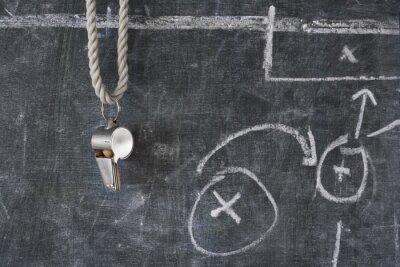 Quadro fischio di calcio o arbitro di calcio su un bordo nero con schema tattico