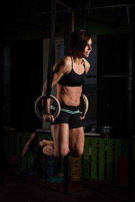 Quadro Fit giovane donna su anelli ginnasta