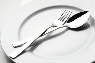 Quadro forchetta e cucchiaio su piastra bianca