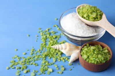 Quadro fragrante sale del mare verde e bianco è in una ciotola di vetro e bowl.Scattered legno intorno al sale marino verde con conchiglie di mare su un tavolo di legno blu con conchiglie di mare