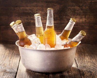 Quadro freddo bottiglie di birra in secchiello con ghiaccio
