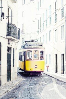 Quadro giallo antico tram sulle strade di Lisbona, Portogallo