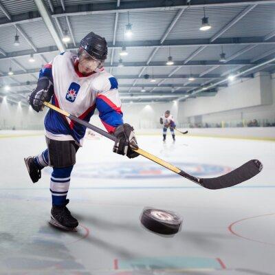 Quadro Giocatore di hockey tira il disco e gli attacchi
