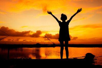 Quadro gioco ragazza carina al fiume tramonto sfondo