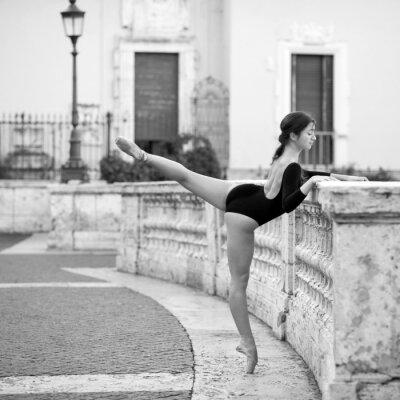 Quadro Giovane bella ballerina a Piazza di Spagna a Roma,