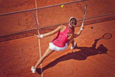 Quadro Giovane donna che gioca tennis.High angolo view.Forehand volley.