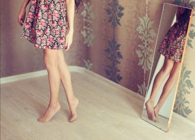 Quadro giovane donna gira lo specchio