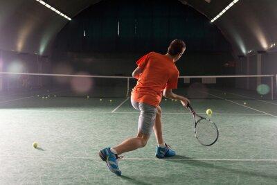 Quadro Giovane giocatore di tennis calciare la sfera