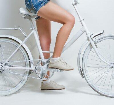 Quadro Giovane ragazza in sella a una bicicletta vintage bianco