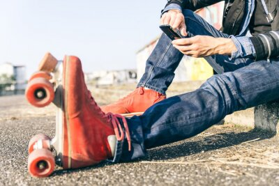 Quadro Giovane ragazzo skater con smart phone