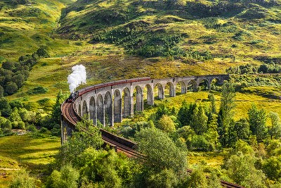 Quadro Glenfinnan viadotto ferroviario in Scozia con il treno a vapore giacobita passando sopra