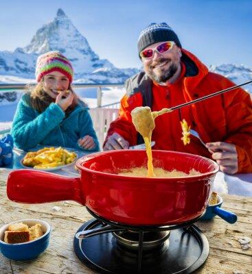 Quadro Gli sciatori in un ristorante, fonduta, piatto tradizionale svizzero - Cervino nelle Alpi svizzere in background