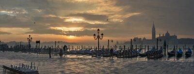 Quadro Gondole di Piazza San Marco durante l'alba con San Giorgio chiesa di Maggiore in fondo a Venezia Italia