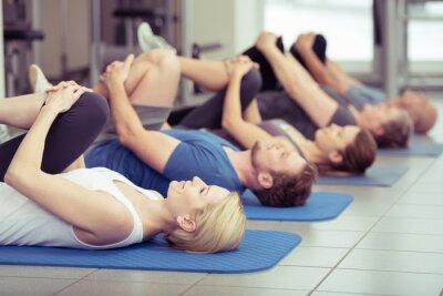 Quadro gruppe macht dehnübungen im centro fitness