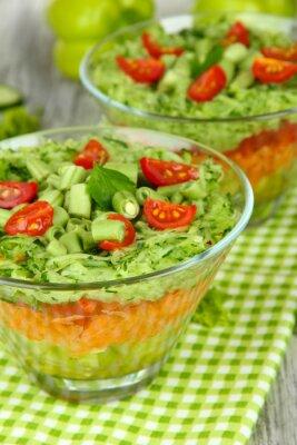 Quadro Gustosa insalata con verdure fresche sul tavolo in legno